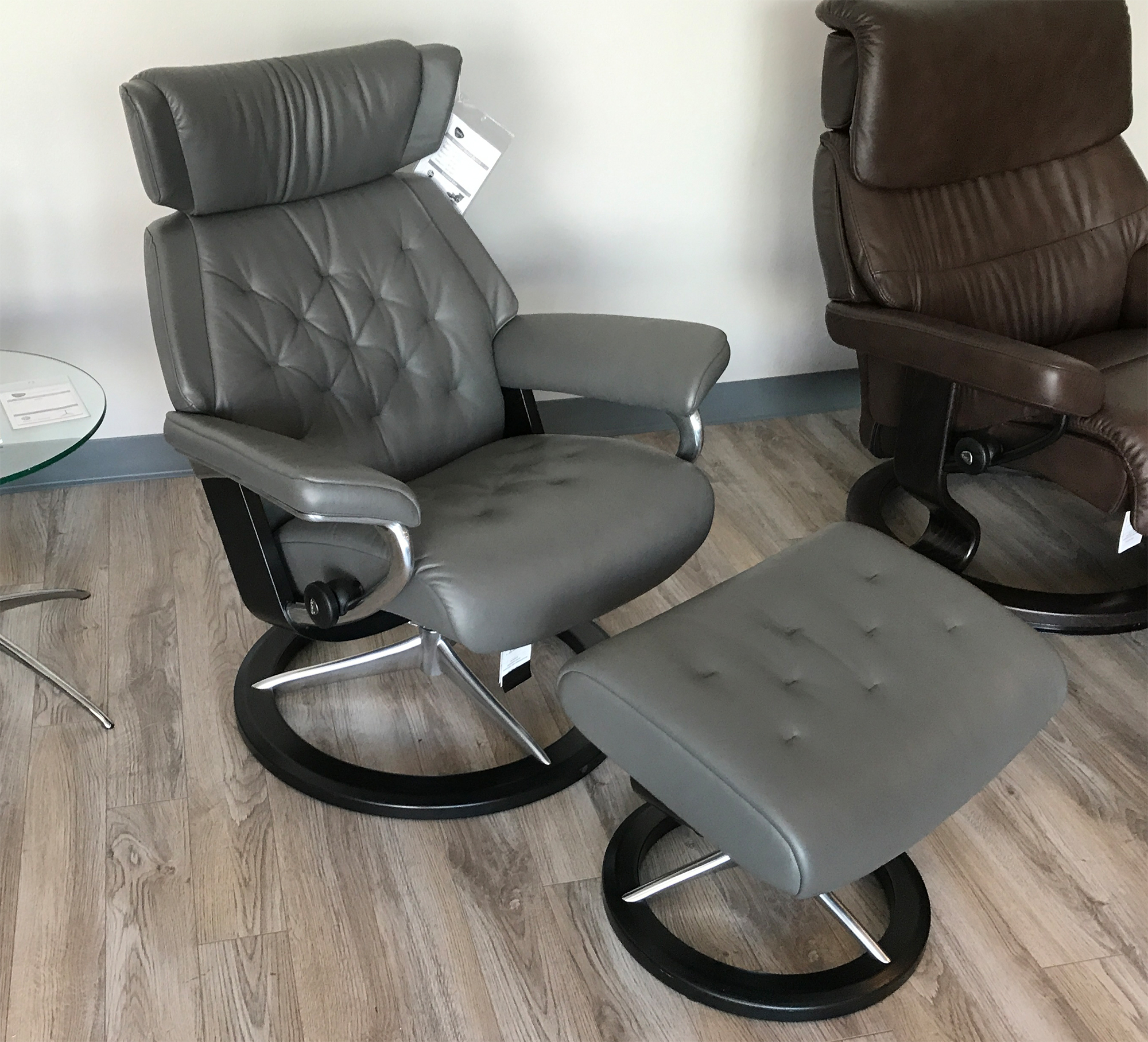 Stressless Skyline Signature Base Paloma Metal Grey Leather Recliner Chair and Ottoman by Ekornes : leather chairs recliner - islam-shia.org