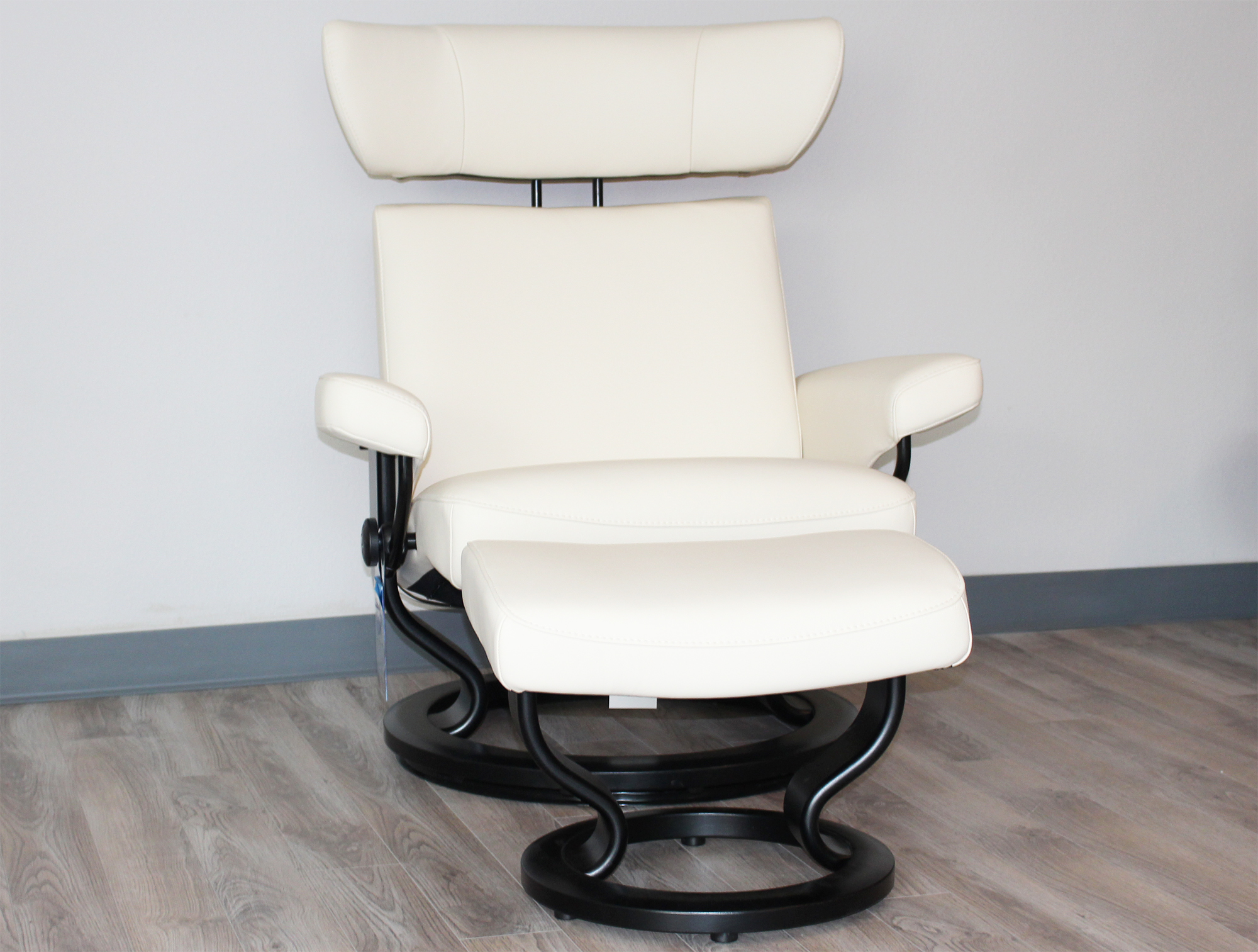 Stressless viva recliner chair and ottoman in paloma vanilla leather