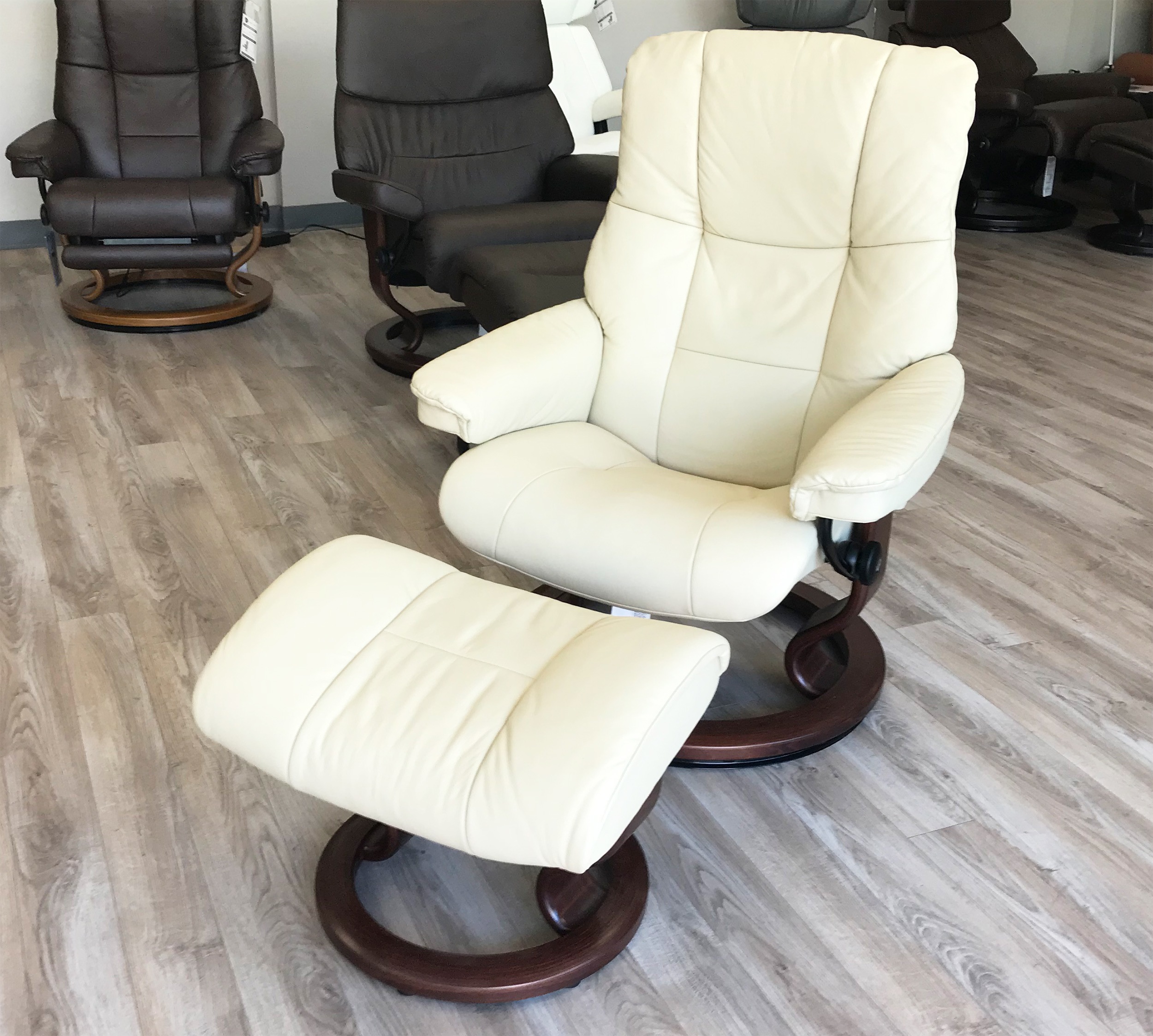 stressless kensington large mayfair paloma kitt leather recliner chair and ottoman by ekornes. Black Bedroom Furniture Sets. Home Design Ideas